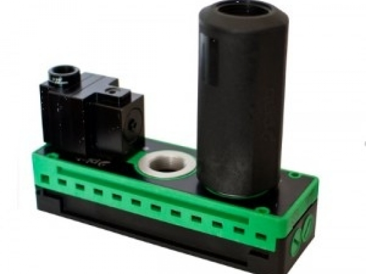 Dispositivo totalmente pneumático com conexão para bombas de vácuo acionadas por ar